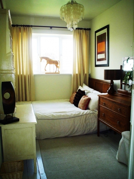 Inspiring Small Bedroom Design With Minimalist Decorating Elements Small Couple Room Design